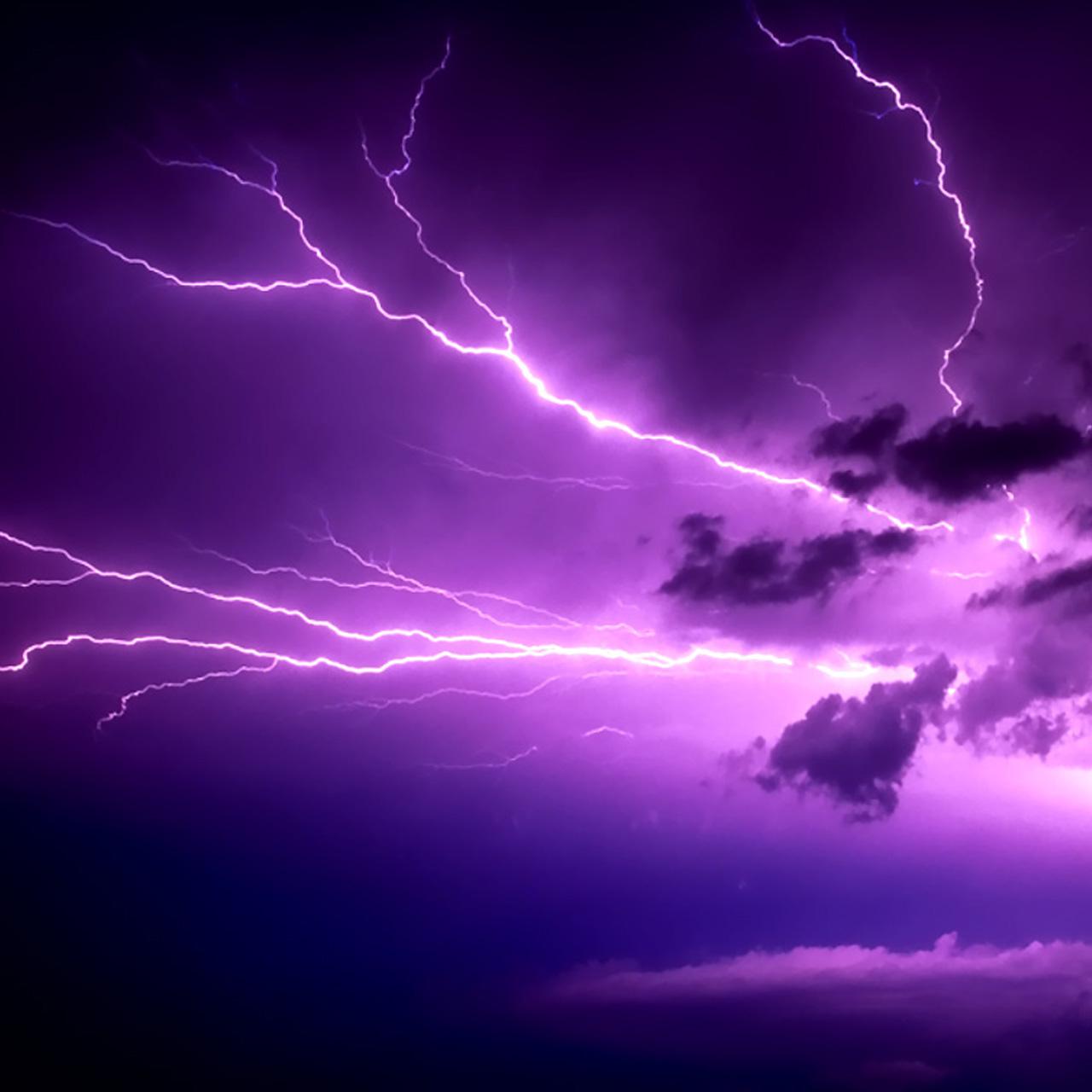 Cae impactante rayo morado del cielo en U.S.A