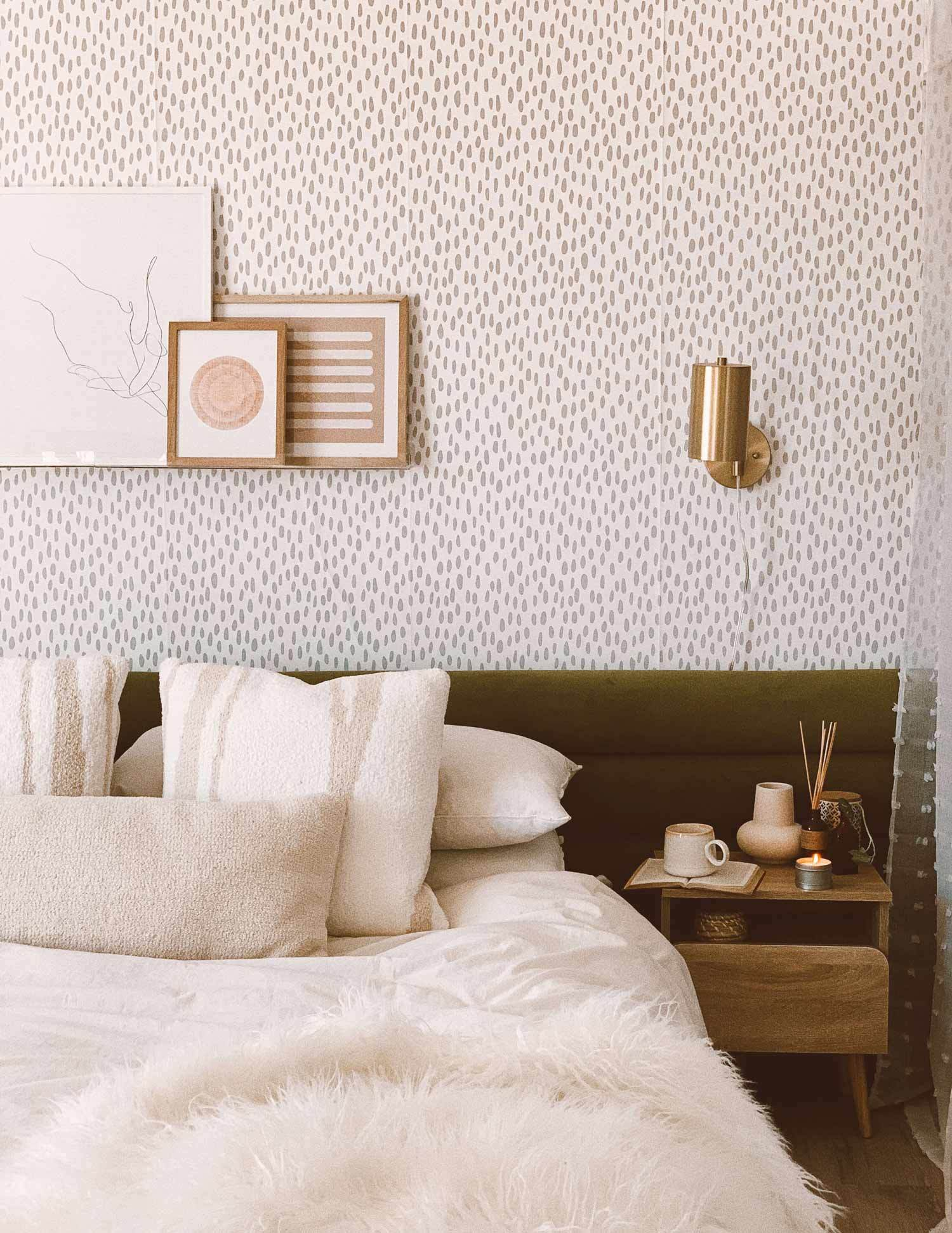 Modern Boho Bedroom Interior With Earthy Tone Colors Grey Speckled Wallpaper Bedroom 1500x1942 Download Hd Wallpaper Wallpapertip