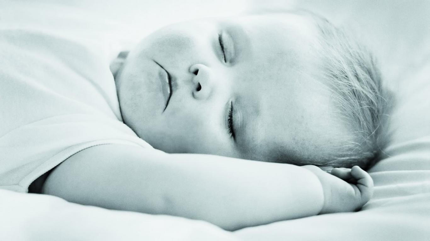 眠って泣いているかわいい赤ちゃん 眠っている赤ちゃんの壁紙 1366x768 Wallpapertip