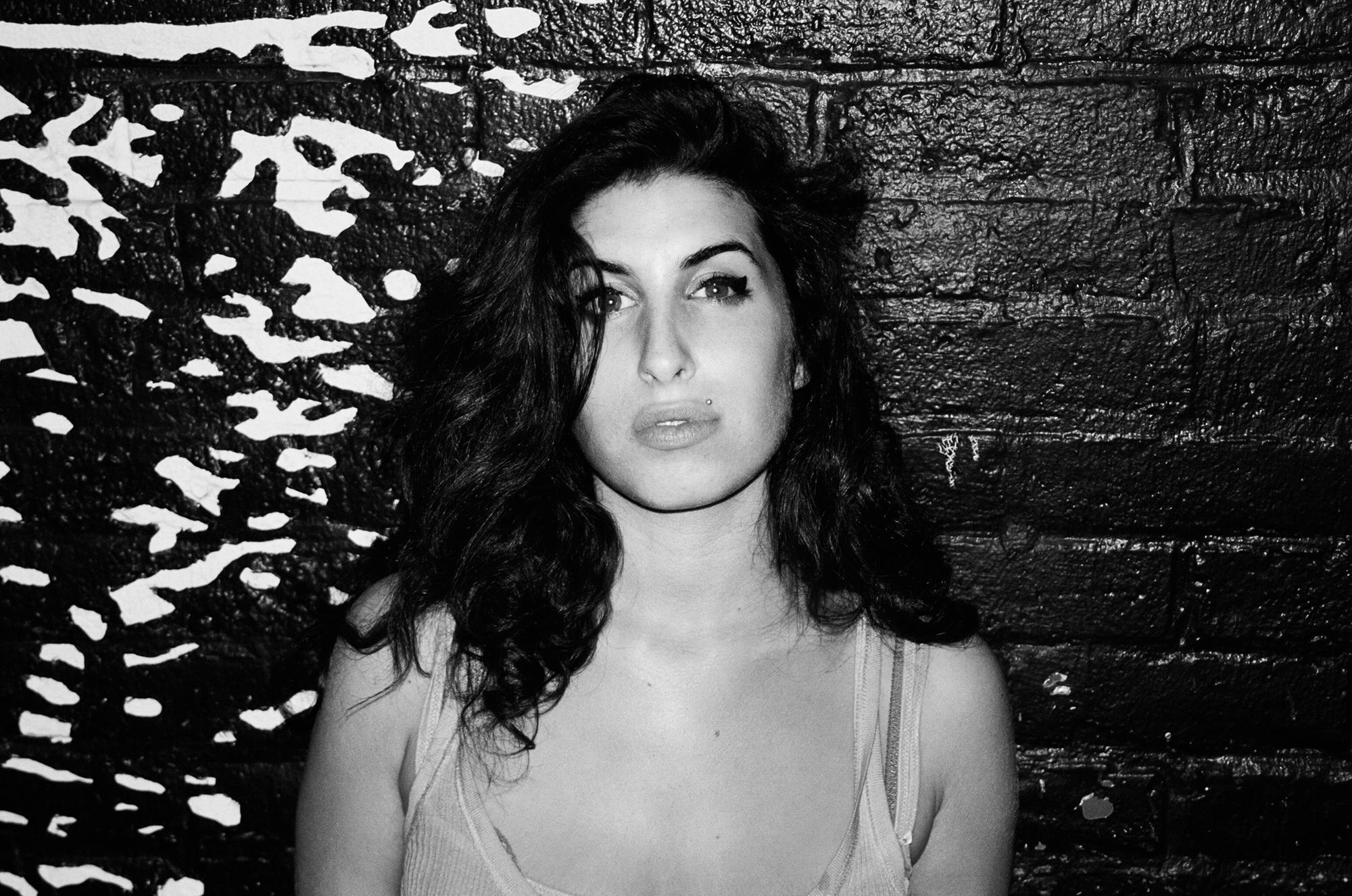 Amy Winehouse Wallpaper For Windows 2000x1326 Download Hd Wallpaper Wallpapertip