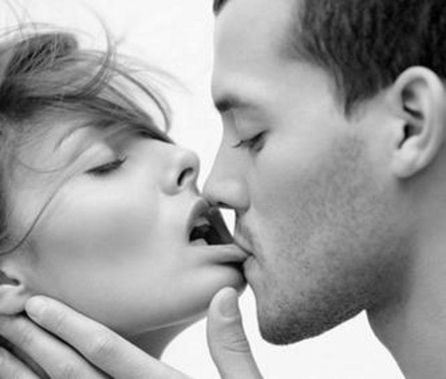 Lippe auf die beißen küssen beim Frau beisst