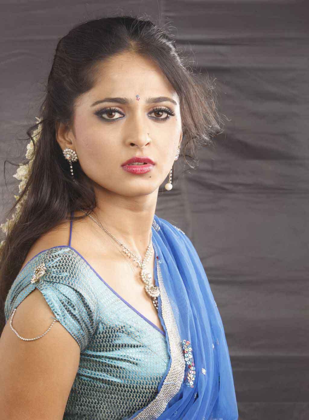 Anushka Shetty Hot Saree Hd Wallpapers Anushka Shetty In Vaanam 1024x1392 Download Hd Wallpaper Wallpapertip