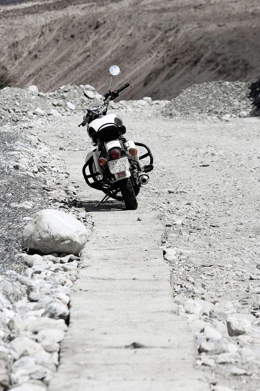 Bike Royal Enfield Bullet 350cc Leh Ladakh India White Bullet Hd 910x1365 Download Hd Wallpaper Wallpapertip
